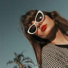Aesthetic Vintage, Aesthetic Photo, Aesthetic Girl, Aesthetic Pictures, Cat Eye Colors, Images Esthétiques, Donia, Cute Glasses, Foto Pose