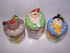 Potinhos de vidro com biscuit Papai noel,rena e boneco de neve.