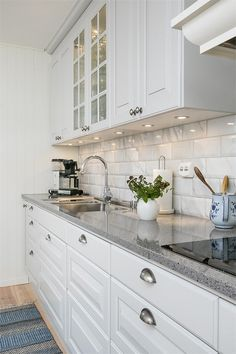 Elegant White Kitchen Design Ideas for Modern Home White Kitchen Ideas - White never ever stops working to provide a kitchen layout a classic appearance. These trendy cooking areas, consisting of everything from white kitchen cupboards to smooth white . White Kitchen Cupboards, Kitchen Cabinets Decor, Cabinet Decor, Home Decor Kitchen, Kitchen Interior, Home Kitchens, Kitchen Ideas, Diy Kitchen, Kitchen Designs