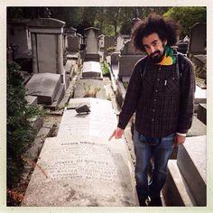 Caparezza a Père-Lachaise alla tomba di Amedeo Modigliani