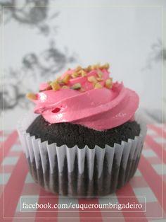 Cupcake de cacau, recheio e cobertura de framboesa e castanha.