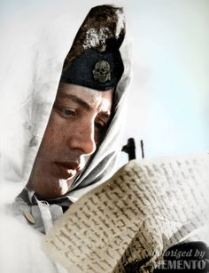 Soldat de la 3e Panzerdivision SS Totenkopf lisant une lettre sur le front de l'Est from : https://fr.pinterest.com/nl50200/wwii-wehrmacht-waffen-%CF%9F%CF%9F-luftwaffe-kriegsmarine-pr/