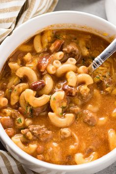 Crockpot Cheesy Chili Macaroni Soup – This hearty dinner combines cheesy chili and macaroni soup right in your slow cooker! The best chili-mac you'll ever have loaded with beef, beans, cheese, and macaroni! Crock Pot Soup, Crock Pot Slow Cooker, Crock Pot Cooking, Slow Cooker Recipes, Cooking Chili, Healthy Crockpot Recipes, Beef Recipes, Cooking Recipes, Crockpot Meals