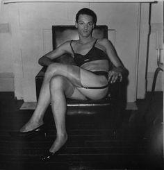 ARBUS, Diane, « Seated Man in a bra and Stocking», NYC, 1967, Diane Arbus, New York, Aperture, 1973