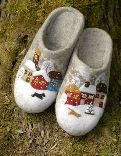 Wet Felting, Needle Felting, Felt Crafts Patterns, Felted Wool Crafts, Felt Christmas Decorations, Felt Shoes, Wool Embroidery, Felted Slippers, Kid Outfits