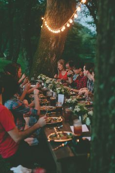 Festoon lighting, well-dressed table, eating al fresco with friends. From The Art of Camp Cooking - Kinfolk Festa Party, Happy Labor Day, Party Decoration, Kinfolk, We Are The World, Hygge, Outdoor Dining, Belle Photo, Party Planning