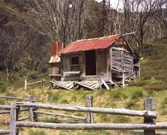 Silver Brumby hut Photo: Klaus Hueneke, ©2001 Abandoned Farm Houses, Old Abandoned Buildings, Old Buildings, Abandoned Places, Australian Sheds, Australian Homes, Old Country Houses, Old Farm Houses, Hut House