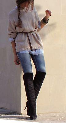 J'aime ce type de style. Elle porte une tenue mignonne. Elle porte un pull tricote sur, jeans, bottes noires a talons hauts, et ceinture en cuir.
