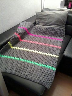 I might have enough gray yarn to do this throw sized, but with single crochet, granny isn't warm enough ~Blanket neon buzz multicolour - granny square stripes - crochet Crochet Patterns Neutral How cool! Neutral-colored blanket with pops of neon. Nice way Diy Tricot Crochet, Crochet Afgans, Crochet Home, Knit Or Crochet, Learn To Crochet, Crochet Crafts, Crochet Stitches, Crochet Projects, Crochet Blankets