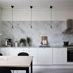 Alltid lika snyggt med italiensk marmor #kök #köksrenovering #köksluckor…