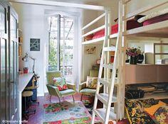 Cette #chambre, réalisée par un papa bricoleur, héberge trois enfants. La #mezzanine est en #pin massif.