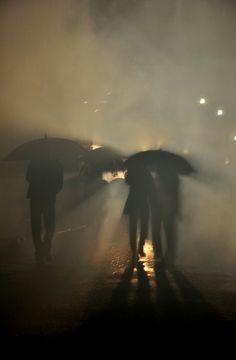 Sunlight shadow s people rain umbrellas water mist photography Amazing Photography, Street Photography, Art Photography, Photography Lighting, Photo D Art, Jolie Photo, Rainy Days, Rainy Night, Night Rain