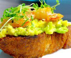 Crostini mit Avocado, Garnelen und Kresse