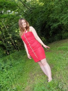 bright red party dress with straps slightly shiny cotton fabric continuous button placket front with beautiful shiny buttons conjures a great figure Size 36-38 S-M to be seen on a model size 36 1.60 m large