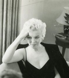 Marilyn during an interview with Elsa Maxwell at the Waldorf Astoria Hotel in New York, 1956.