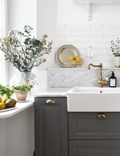 Dark grey kitchen cabinets, marble back splash and white subway tiles in this modern country style kitchen Bodbyn Kitchen Grey, Bodbyn Grey, Dark Grey Kitchen Cabinets, Grey Kitchens, Home Kitchens, Kitchen Handles, Ikea Kitchen, Kitchen Interior, Kitchen Decor