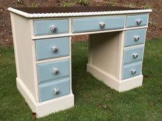 Try some of these furniture painting techniques from Farmhouse Paint! #DIY #furnituremakeover #furniturepaint
