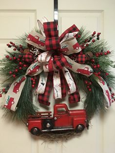 1 million+ Stunning Free Images to Use Anywhere Christmas Door Decorations, Holiday Wreaths, Holiday Crafts, Holiday Decor, Winter Wreaths, Christmas Red Truck, Rustic Christmas, Christmas Time, Christmas Scenes