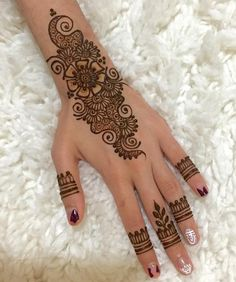 Simple Mehendi designs to kick start the ceremonial fun. If complex & elaborate henna patterns are a bit too much for you, then check out these simple Mehendi designs. Henna Art Designs, Mehndi Designs For Beginners, Mehndi Designs For Fingers, Mehndi Patterns, Mehndi Design Photos, Unique Mehndi Designs, Arabic Mehndi Designs, Beautiful Henna Designs, Latest Mehndi Designs