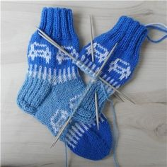 lasten autosukat - Kikiliakii neuloo - Vuodatus.net - Kids Socks, Baby Knitting Patterns, Knitting Socks, Fingerless Gloves, Arm Warmers, Diy And Crafts, Wool, Anton, Winter