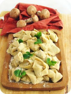 Uszka (Polish mushroom dumplings) Can easily be made vegan. Slovak Recipes, Ukrainian Recipes, Russian Recipes, Eastern European Recipes, European Cuisine, Sauerkraut, Pasta Dishes, Food Dishes, Main Dishes