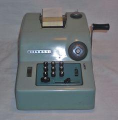 Decorativa y antigua ,calculadora manual de oficina. http://www.informaticapadilla.es/restauracion-maquinas-de-escribir/