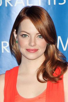 """Emma Stone """"Both her career and hair have been on fire. While Emma may be a natural blonde, the crimson hue suits her fair completion and emerald eyes. Celebrity Hairstyles, Hairstyles With Bangs, Trendy Hairstyles, Redhead Hairstyles, Emma Stone Red Hair, Shiny Hair Tips, Hair Color Wheel, Hair Colour, Coral Lipstick"""