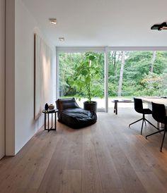 Modern Villa in Antwerp, Belgium, Oscar V, simplicity, minimalism Home Living Room, Living Room Decor, Living Spaces, Home Interior Design, Interior Architecture, Property Design, Contemporary Interior, White Walls, New Homes