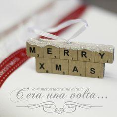 Targhetta In Legno Merry Xmas  Scritta in legno 3D Ideale per personalizzare le tue creazioni natalizie, con neve glitterata e appendino in satin.  Misure cm 7,5 x 3  spessore 7 mm  Materiale legno