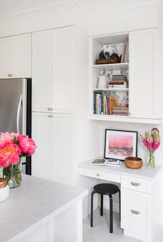 Tiny homes are a common thing, and architects and designers look for more and more solutions to accommodate everything a modern person may need there. Here are ideas to find a place for a home office nook on a kitchen. Kitchen Office Nook, Kitchen Desk Areas, Kitchen Desks, New Kitchen, Office Table, Home Office Design, Home Office Decor, Home Decor, Office Ideas