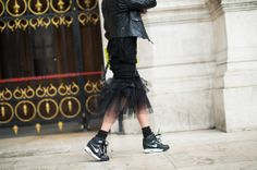 On the Streets of Paris Fashion Week Fall 2014 - PFW Street Style Day 6 - trainers Tomboy Street Style, Street Style Looks, Cool Street Fashion, Paris Fashion, All Black Looks, Wearing All Black, Girls Club, Paris Street, Athletic Wear