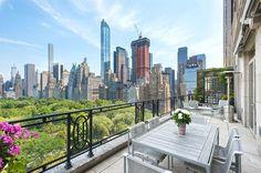 Der Blick nach Süden fällt auf die Skyline von Manhattan. Der Glasturm in der...