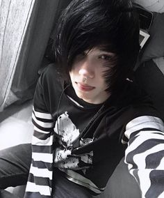 characteristic Navin Featurealternatives Images and movies from Instag Cute Emo Guys, Hot Emo Boys, Cute Boys, Emo Hair Guys, Goth Boy, Emo Goth, Emo People, Emo Scene Hair, Short Scene Hair