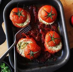 Tomates assados recheados com pesto e ricota