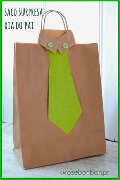 Father's Day goodie bags are absolutely adorable Father's Day crafts for kids to make on their own! Diy Arts And Crafts, Crafts For Kids, Paper Crafts, Jw Gifts, Craft Gifts, Creative Gift Wrapping, Creative Gifts, Father's Day Activities, Decorated Gift Bags