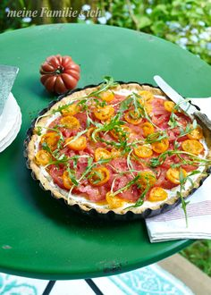 Ideal für heiße Tage: gebackener Parmesanboden mit kalter Käsecreme und frischen Tomatenscheiben.