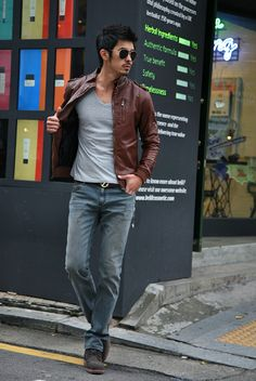 Brown leather jacket, V-neck T-shirt, and jeans—simple weekend wear.