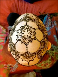 Des tatouages au henné pour combattre le cancer