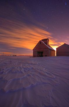 Barn In The Snow At Sunset; I saw this feeling when I was younger. It is the desolation of winter. Country Barns, Old Barns, Country Life, Beautiful World, Beautiful Places, Beautiful Pictures, Snow Scenes, Winter Scenes, Nocturne