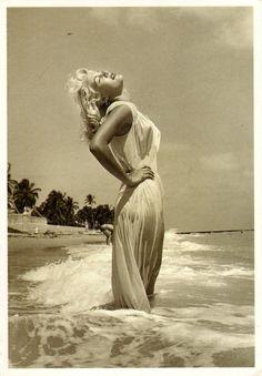 #marilynmonroe #1950s #beach #waves #sun #fashion #icon
