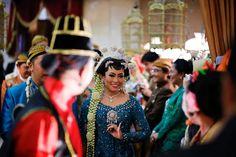 Hiasan Paes pada pengantin perempuan dalam pernikahan adat Jawa terdiri dari hiasan yang bernama : Rerenggan, Penunggul atau Gajahan, Pengapit, Penitis, Godheg dan Cithak. Masing-masing memiliki makna filosofis yang mendalam.