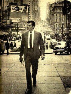 1963 - O ator Tarcísio Meira caminha pela ladeira início da avenida São João.