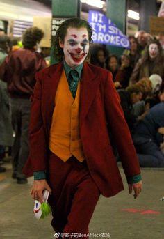"Joaquin Phoenix has been seen filming his Joker origin movie in New York City in and out of full clown makeup. INSIDER breaks down what set photos from the film teasing Batman's dad Thomas Wayne could mean for the ""Joker"" movie. Joker Film, Joker Dc, Joker And Harley Quinn, Batman Comic Art, Gotham Batman, Batman Robin, Joaquin Phoenix, Joker Origin, Joker Phoenix"