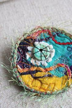 Des bijoux brodés aux couleurs chatoyantes, bijoux artisanaux originaux, faits de tissus, soies et dentelles, par La Malle d'Adèle.