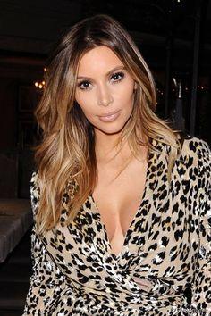Na sua versão loira, Kim Kardashian apostou nas mechas californianas, num tom de caramelo bem suave