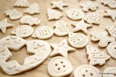 salzteig-fimo-knoepfe-knopf-teig-ausstechen-ausrollen-plaetzchen-backblech-trocknen-lufttrocknen-backen-tanne-christbaum-weihnachtsbaum-sterne-schneemann-kugeln-lebkuchenmann-jako-o-getrocknet Album Scrapbook, Miniture Things, Desserts, Christmas, Cake Pops, Scrapbooking, Miniatures, Fimo, Diys
