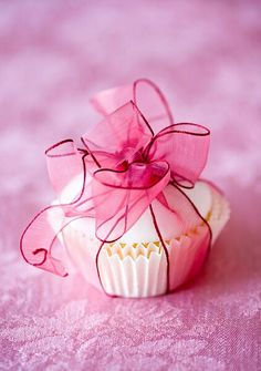 Individual cupcake favors with fondant icing and a gorgeous bow. Ana Rosa