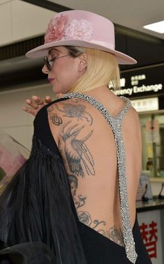 Lady Gaga gives fans in Japan a better look at her back tattoos Fotos Lady Gaga, Lady Gaga Pictures, Tatuagem Lady Gaga, Lady Gaga Tattoo, Playboy, Ella Enchanted, Back Tattoos, Cosplay, Our Lady