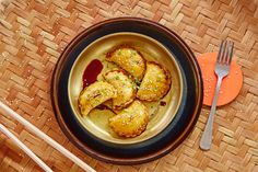 Gorące pierogi maczaj w sosie sojowym wymieszanym z octem ryżowym, czosnkiem i sezamem
