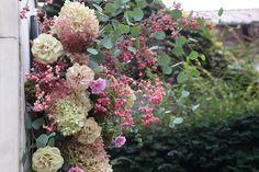 秋の装花 シェ松尾松濤レストラン様へ コスモスとバラ、その日、花で清める空間 : 一会 ウエディングの花